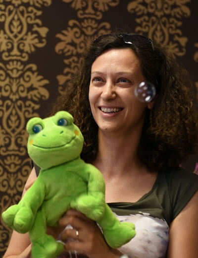 Michaela Kvasničková se žábou